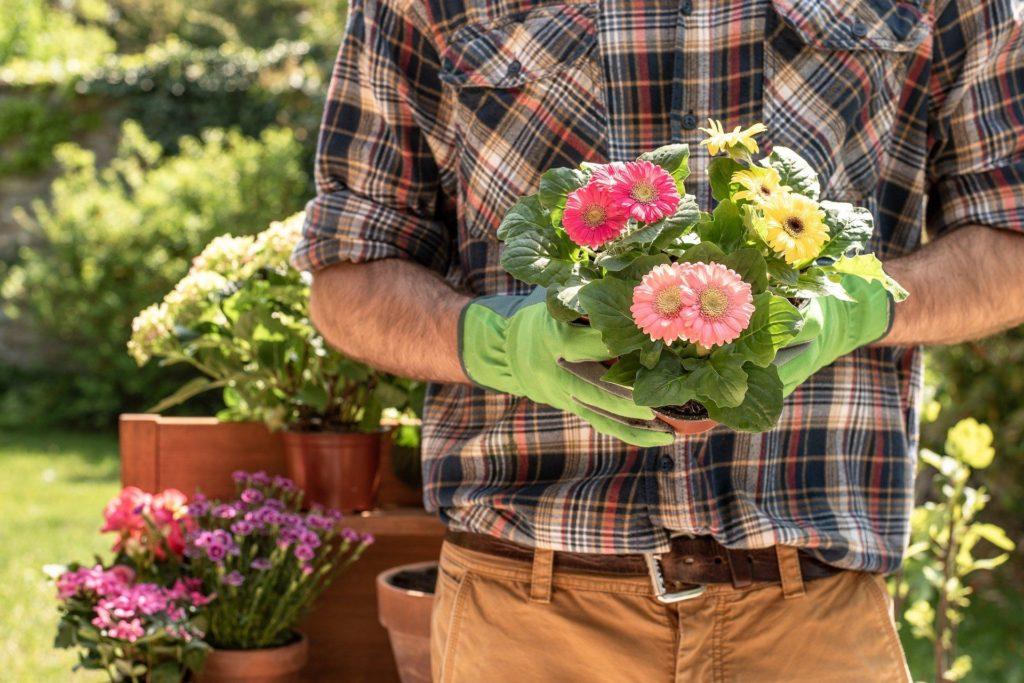 Mann mit Blumen